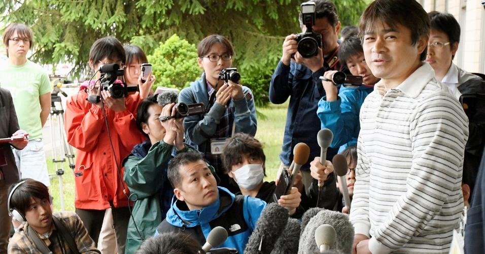 3.jun.2016 - Takayuki Tanooka dá entrevista depois que seu filho foi encontrado em floresta na ilha de Hokkaido, no norte do Japão. O menino, de sete anos, foi abandonado pelos próprios pais como castigo, no último sábado. Segundo o relato dos pais, eles obrigaram a criança a descer do carro no qual a família viajava por mau comportamento e o deixaram sozinho; quando voltaram para buscá-lo, o menino havia sumido. Ele estava desaparecido desde então