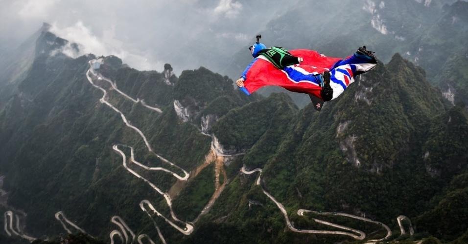 13.out.2016 - O norueguês Tom Erik Heimen plana no ar durante fase de qualificação de competição de wingsuit em Zhangjiajie, na China. Na modalidade, os paraquedistas usam um macacão com asas para voar