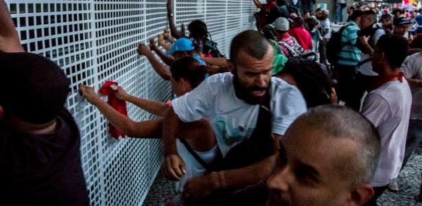 Manifestantes forçam grade do prédio da Fiesp, na avenida Paulista - Taba Benedicto/Folhapress