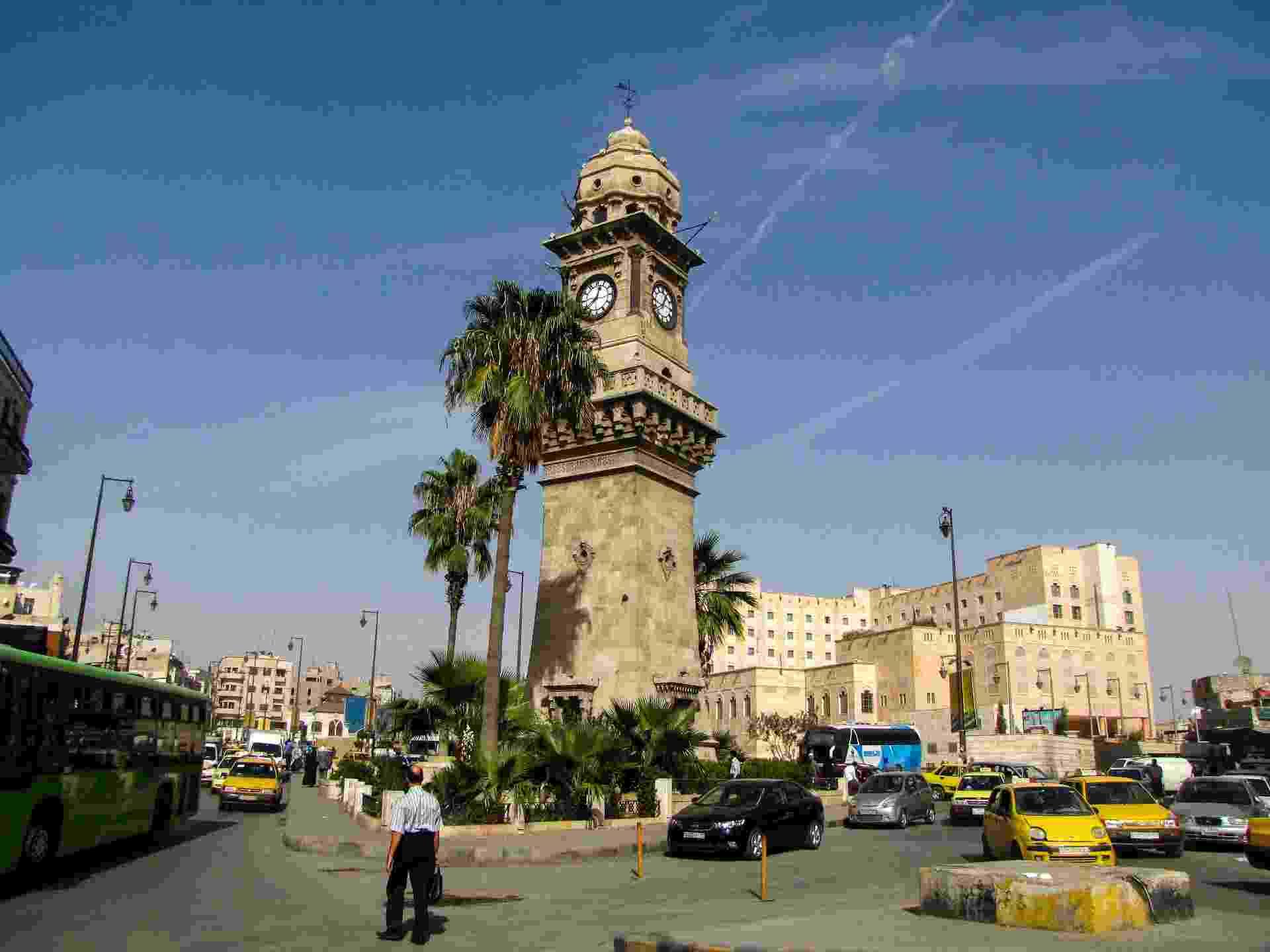 Veículos transitam ao redor da famosa ?Torre do Relógio? em rua movimentada de Aleppo - Solly Boussidan/UOL