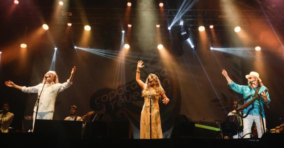 1.jan.2017 - Elba Ramalho, Alceu Valença e Geraldo Azevedo no palco da virada do ano em Copacabana