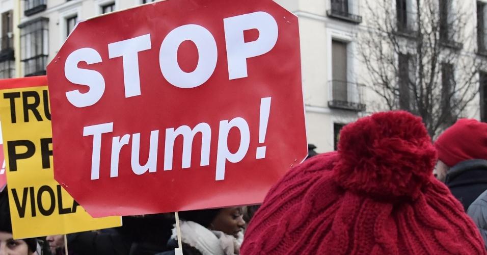 20.jan.2017 - Manifestante em Madri, na Espanha, segura placa contra o presidente dos EUA, Donald Trump