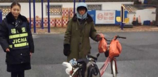 O ciclista estava pouco familiarizado com os mapas e não conseguiu entender os sinais de trânsito - Twitter/SCMP News