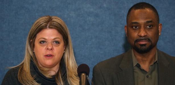 Diane Gross e Khalid Pitts falam à imprensa sobre processo contra o presidente dos EUA, Donald Trump, em Washington DC