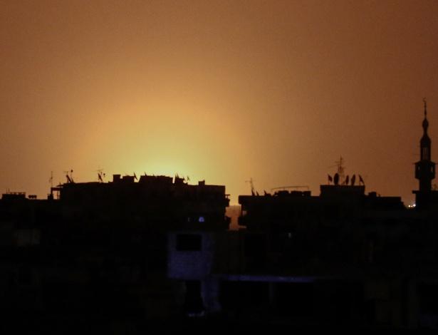 Foto feita a partir da cidade de Douma mostra clarão das chamas que seriam da explosão