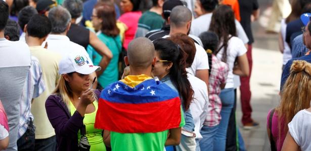 Venezuelanos formam fila para votar em plebiscito informal contra Nicolás Maduro, em Caracas