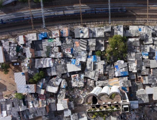 Vista da Favela do Moinho, centro de São Paulo, que faz divisa com os trilhos da CPTM