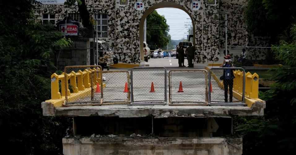 8.set.2017 - Furacão Irmã derruba ponte na fronteira entre o Haiti e a República Dominicana durante sua passagem pela comuna haitiana Ouanaminthe