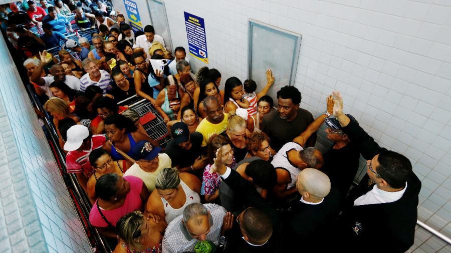 20.out.2017 - Consumidores fazem fila em loja do Supermercado Guanabara, no Rio de Janeiro - Pablo Jacob/ Agência O Globo