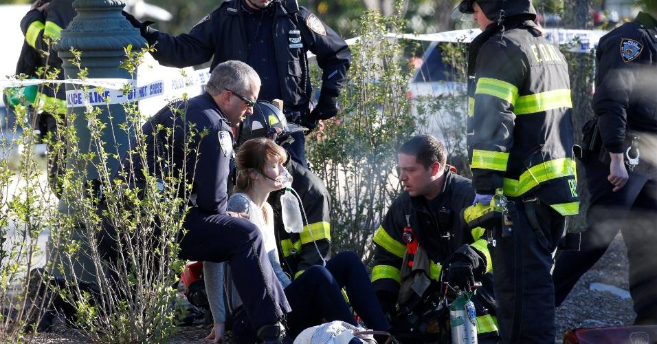 Mulher ferida é atendida por equipe de resgate após uma caminhonete invadir ciclovia e atropelar ciclistas em Manhattan, Nova York