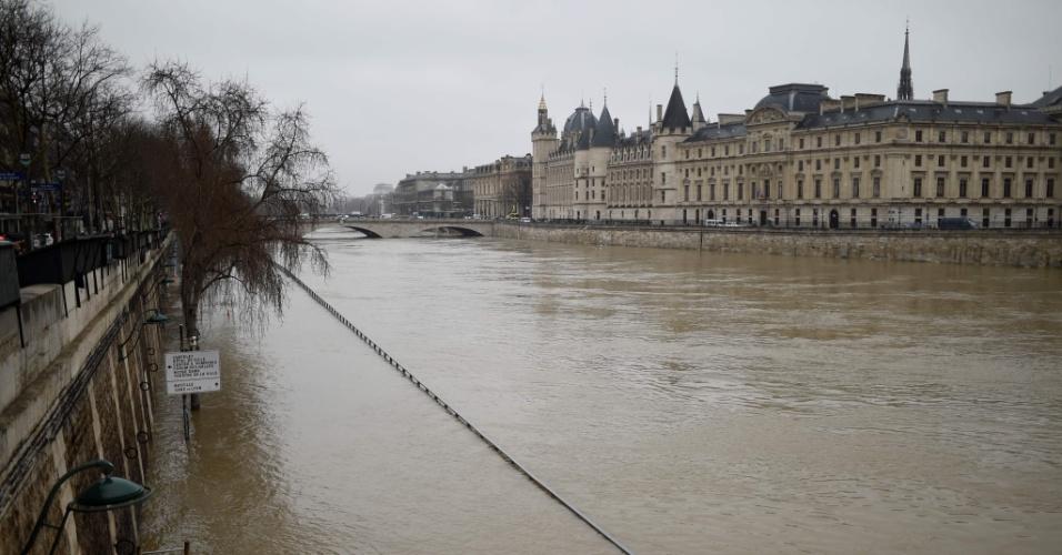 23.jan.2018 - O Conciergerie, Palácio da Justiça de Paris, inundado com a cheia o rio Sena