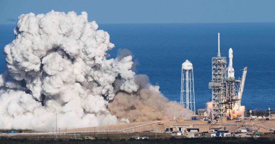 6.fev.2018 - O foguete, de 70 metros de altura, decolou às 15h45 locais (18h45 em Brasília) da plataforma LC-39A do Centro Espacial John F. Kennedy em Cabo Canaveral, na Flórida (EUA), mesmo local de onde partiram os foguetes das missões Apolo com destino à Lua entre os anos de 1961 e 1972