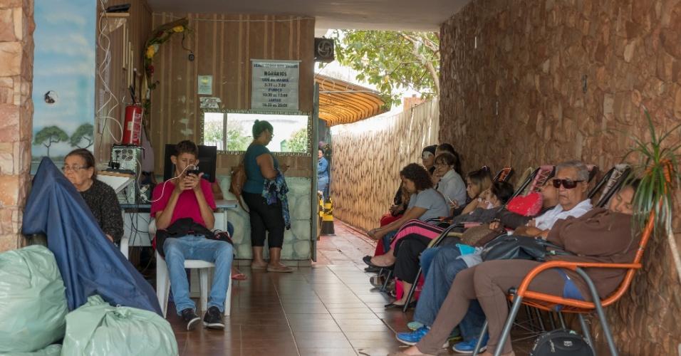 Área de convívio e espera da pensão Dom Aquino, que recebe 400 pessoas toda a semana dos municípios de Maracaju, Costa Rica, Chapadão do Sul, Sonora, Rio Verde, Camapuã e Corumbá
