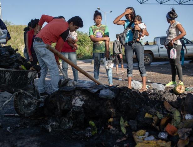 19.ago.19 - Venezuelanos observam os restos de suas roupas, alimentos e objetos, que foram queimados por moradores de Pacaraima - Avener Prado/Folhapress