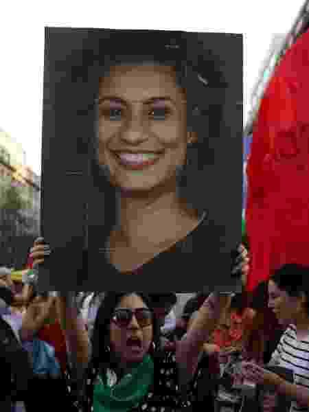 Manifestante mostra cartaz com o rosto de Marielle Franco durante protesto contra o presidente Jair Bolsonaro - REUTERS/Pablo Sanhueza