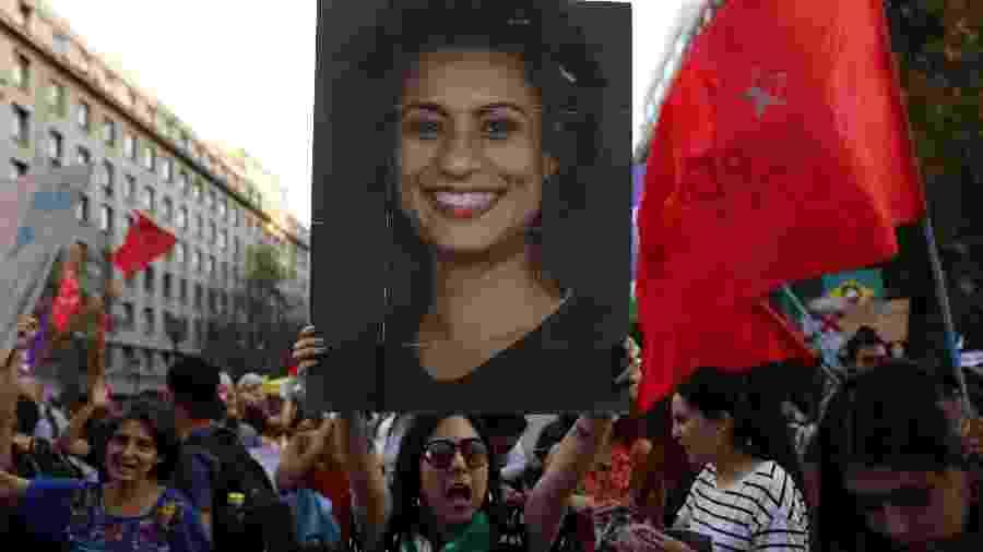 Manifestante mostra cartaz com o rosto de Marielle Franco durante protesto contra o presidente Jair Bolsonaro no Chile; vereadora do PSOL foi assassinada em março do ano passado - REUTERS/Pablo Sanhueza