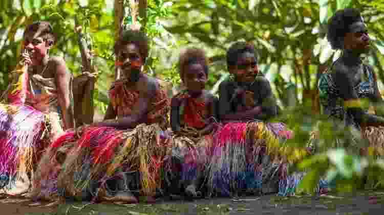 Meninas em roupas coloridas e saias de capim para dança tradicional: quando elas crescerem, poderão escolher um futuro diferente para Vanuatu - Getty Images