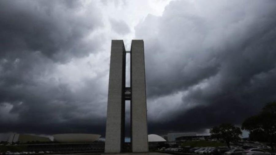 Prédios do Congresso Nacional sob nuvens pesadas em Brasília; representantes do Executivo e da Câmara dizem que revisar teto pode agravar a crise - Fabio Rodrigues Pozzebom/Agência Brasil