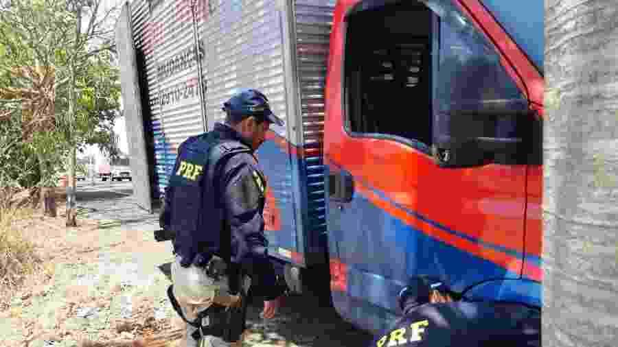 Policiais inspecionam caminhão em Goiás; veículo somava quase R$ 3 milhões em multas - Divulgação PRF/GO