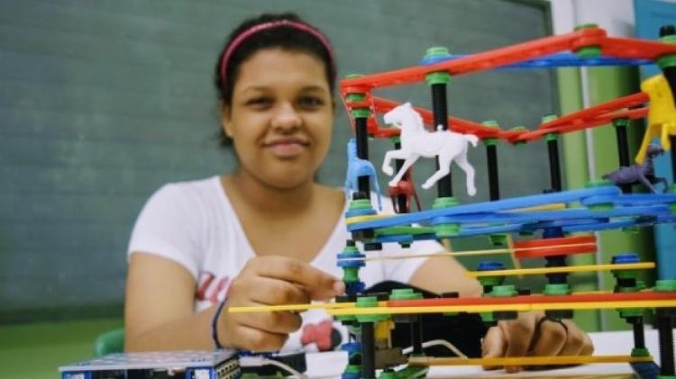 Julia, de 14 anos, e seu carrossel-robô; projeto melhorou leitura, interação com os colegas e autoestima - Divulgação/Secretaria Municipal de Educação