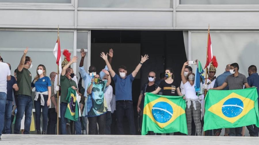 Bolsonaro e aliados na rampa do Palácio do Planalto saúdam manifestantes a favor do governo - Foto: Gabriela Biló/Estadão