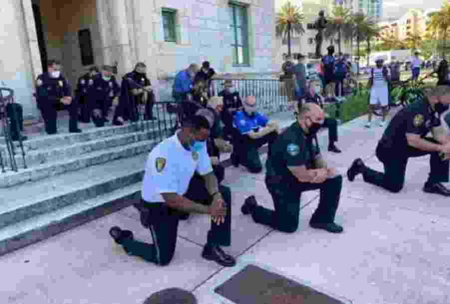 1.jun.2020 - Policiais se ajoelham em solidariedade a manifestações antirracistas em Miami - Reprodução/Twitter