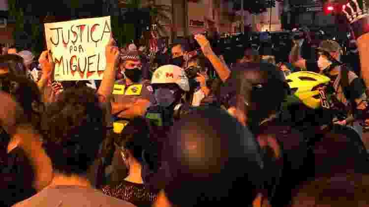 Os participantes da manifestação do Largo da Batata caminharam até a rua dos Pinheiros; uma das pautas era o combate ao racismo - Paulo Sampaio/UOL - Paulo Sampaio/UOL