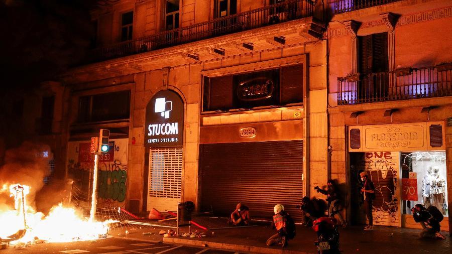 Fogo durante um protesto contra a prisão do rapper Pablo Hasel, na Espanha - ALBERT GEA/REUTERS