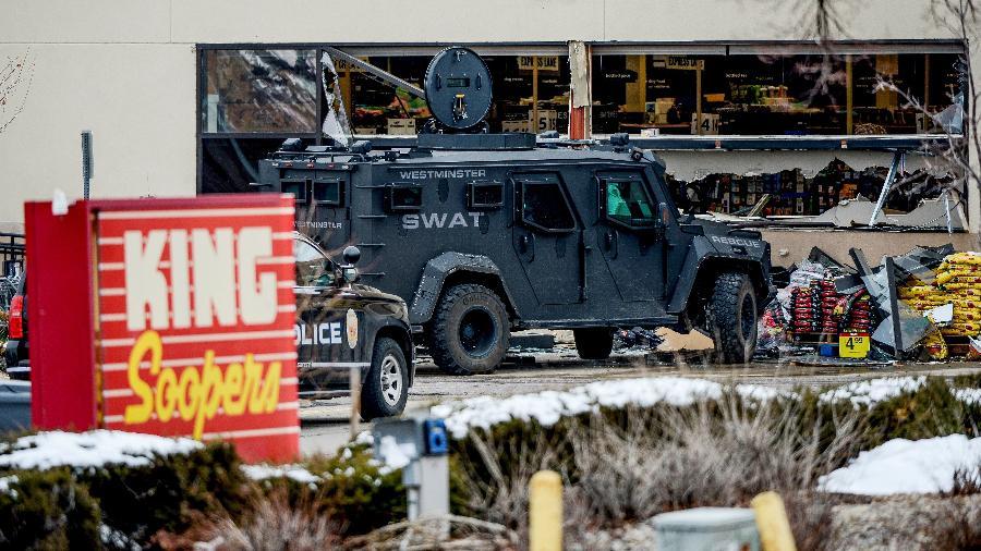 22.mar.2021 - Carro da polícia parado em frente ao supermercado em Boulder, no Colorado, onde um atirador matou ao menos 10 pessoas - Michael Ciaglo/USA TODAY/Reuters