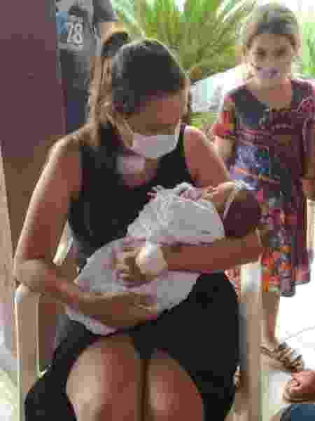 Mariana segura filha no colo pela primeira vez após internação - Arquivo pessoal - Arquivo pessoal