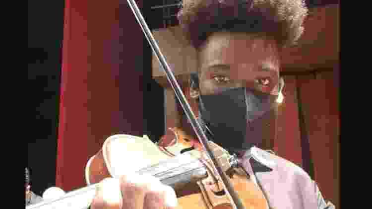 Jovem afirma ter encontrado um sentido para o seu futuro por meio das aulas de música em projeto social - Arquivo pessoal - Arquivo pessoal