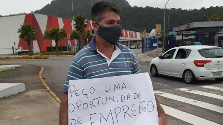 Bacharel sobrevive vendendo balas nos faróis de São Vicente e teve a ideia de fazer o cartaz pedindo trabalho  - Reprodução/Redes Sociais