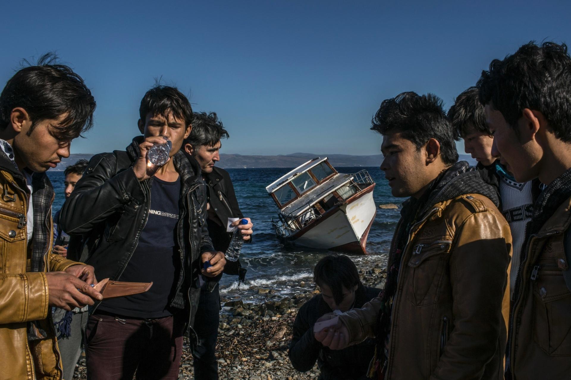 2.nov.2015 - Refugiados afegãos se reúnem em praia da Ilha de Lesbos (Grécia) após cruzar o Mar Egeu, a partir da Turquia