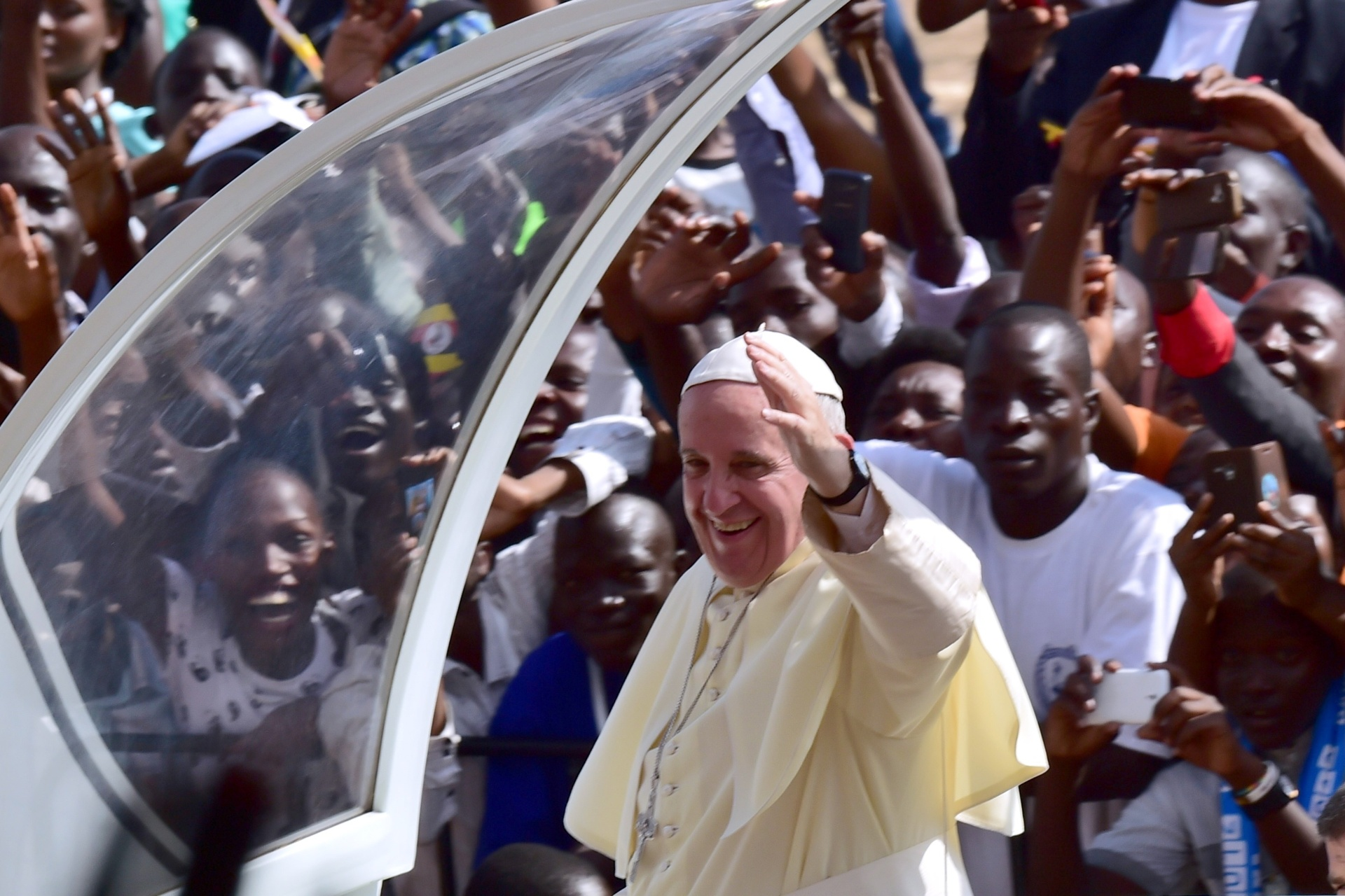28.nov.2015 - Papa Francisco acena do papamóvel na cidade de Kampala, em Uganda