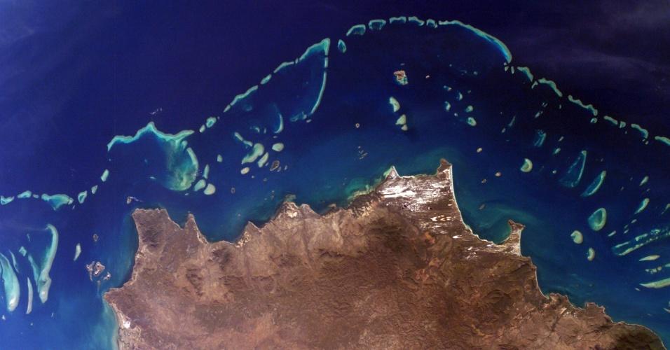 7.jan.2016 - A Nasa vai lançar este ano uma expedição que durará três anos, mas o foco não será o espaço. A agência vai usar instrumentos avançados em aviões e na água para examinar os recifes de coral ao redor do mundo, prometendo oferecer detalhes nunca dados antes por pesquisadores. O Coral (Laboratório de Recifes de Coral Airborne) vai medir a condição destes ecossistemas ameaçados e criar uma base de dados única. Na foto, imagem aérea da Grande Barreira de Corais da Austrália, uma das tantas que serão estudadas pelo Coral no início deste ano