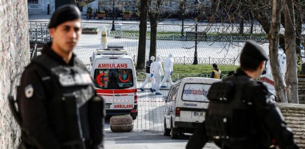Policiais turcos protegem local onde houve a explosão