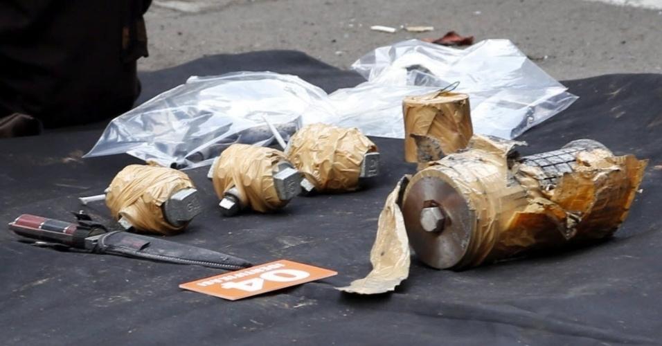 14.jan.2016 - Polícia apreende artefatos com homens suspeitos de terem participado do ataque terrorista em Jacarta. Uma série de explosões e um tiroteio deixou ao menos sete mortos na capital indonésia. O Estado Islâmico assumiu a autoria dos ataques