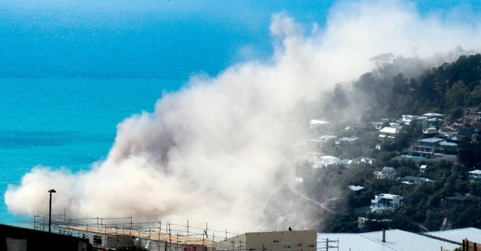 14.fev.2016 - Poeira e detritos sobem sobre casas após um penhasco desmoronar devido a um terremoto na área de Whitewash Head, acima da praia de Scarborough, no subúrbio de Sumner, Christchurch, Nova Zelândia. O terremoto, de 5,7 de magnitude, atingiu a região de Christchurch, na Nova Zelândia, criando barrancos perto do mar, mas sem grandes danos para a cidade, que foi devastada por outro terremoto em 2011, que matou cerca de 200 pessoas