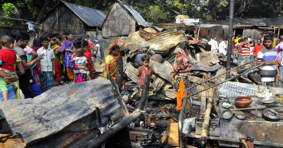 15.mar.2016 - Moradores de uma favela em Dacca, Bangladesh, buscam pertences em meio aos escombros remanescentes de um incêndio. As chamas começaram por volta das 8h da segunda-feira (14), horário local, mas o Corpo de Bombeiros conseguiu controlar as chamas em uma hora. Ao menos 50 pessoas morreram