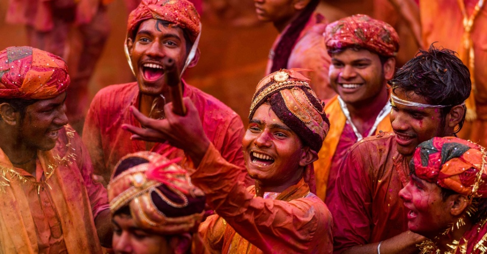 18.mar.2016 - Jovens indianos cobertos de pó colorido comemoram o Lathmar Holi na aldeia de Nandgaon. O festival Holi, também chamado de Festival das Cores, é celebrado anualmente na Índia ao final do inverno (no hemisfério norte). No caso do Lathmar Holi, as mulheres de Barsana, onde, segundo o hinduísmo, teria nascido Radha, parceira do deus Krishna, atacam com gravetos os homens de Nandgaon, onde o deus Krishna teria nascido, e que respondem com o pó
