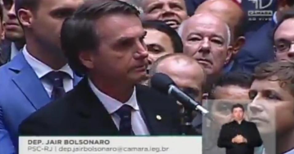 """17.abr.2016 - Como esperado, Jair Bolsonaro (PSC-RJ) deu declaração inflamada e polêmica ao aceitar o impeachment da presidente Dilma (PT). Entre as frases ditas, estão: """"perderam em 64 e perderam de novo agora em 2016"""", """"contra o comunismo"""", """"pelo exército"""" e """"pelas forças armadas"""""""