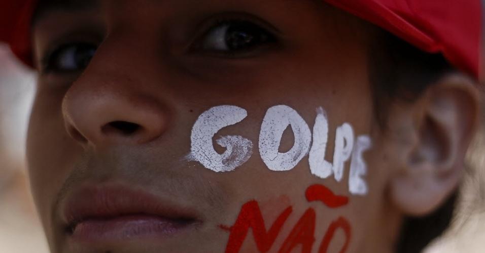 """17.abr.2016 - Manifestante contrária ao impeachment da presidente Dilma Rousseff com frase """"golpe não"""" pintada no rosto durante manifestação no Rio de Janeiro"""