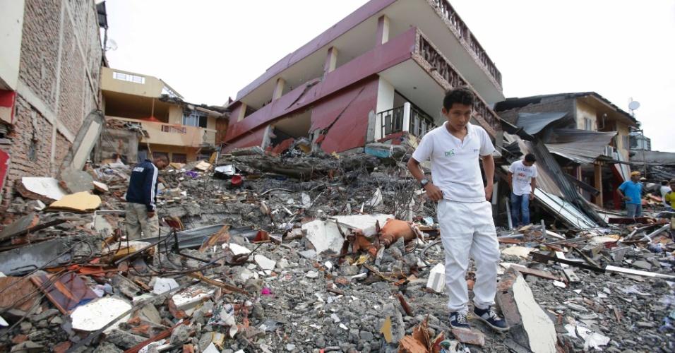 17.abr.2016 - Moradores caminham por escombros na cidade de Pedernales, Equador. Pelo menos 233 pessoas morreram e mais de 1.500 ficaram feridas em terremoto de magnitude 7,8 ocorrido na noite de sábado (16). Epicentro do tremor foi a 27 km da cidade de Muisne, perto da fronteira com a Colômbia, a uma profundidade de 19,2 km no oceano Pacífico