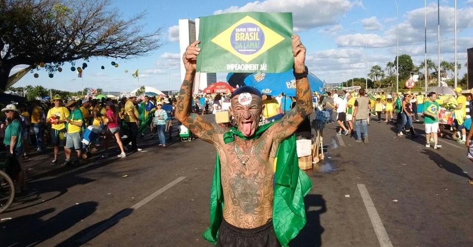 """17.abr.2016 - Roberto Machado Rêgo, servidor público de Brasília e conhecido como """"homem mais tatuado do Brasil"""", participa de manifestação favorável ao impeachment de Dilma Rousseff na capital federal. """"Quero livrar o Brasil do governo mais corrupto da história"""", afirma o dono de 312 tatuagens e 11 piercing, que pretende votar em Jair Bolsonaro na eleição presidencial de 2018"""