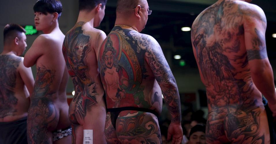 23.abr.2016 - Homens tatuados participam de concurso no Festival Internacional de Artes de Tatuagens em Xangai, na China