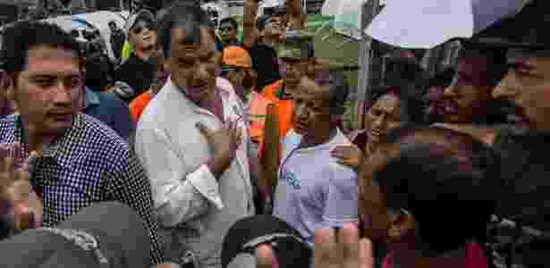 22.abr.2016 - O presidente do Equador, Rafael Correa, visita o vilarejo de Jama, um dos mais devastados pelo terremoto - Meridith Kohut/The New York Times - Meridith Kohut/The New York Times