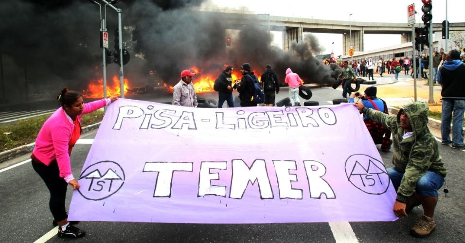 28.abr.2016 -  Manifestantes da Frente Povo Sem Medo, composta por dezenas de movimentos sociais encabeçados pelo Movimento dos Trabalhadores Sem Teto (MTST), bloqueiam trecho da Radial Leste, na pista sentido centro, na zona leste de São Paulo (SP) em protesto contra o impeachment da presidente Dilma. A Frente, que já havia anunciado a paralisação, realiza bloqueios em oito Estados e do DF