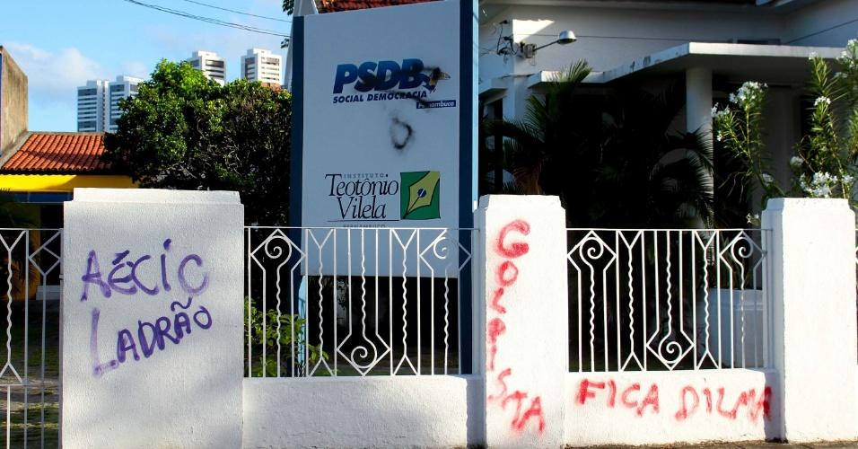 29.abr.2016 - Muro da sede do PSDB de Pernambuco, na região central do Recife (PE), recebe pichação contra o senador Aécio Neves, presidente do partido, e frase de apoio à presidente Dilma Rousseff (PT)