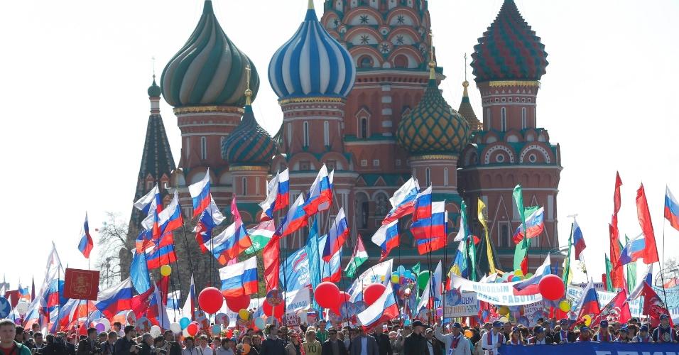 1º.mai.2016 - Milhares de pessoas andam com bandeiras na Praça Vermelha em manifestação do Dia do Trabalho em Moscou, Rússia. Cerca de 100 mil pessoas participaram do ato sob amparo de sindicatos governistas e do partido Rússia Unida, do presidente Vladimir Putin