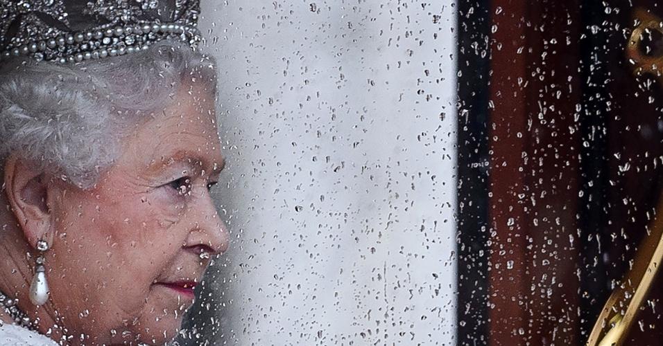 18.mai.2016 - Rainha Elizabeth 2 retorna ao Palácio de Buckingham após passar pelo Parlamento
